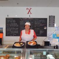 Xinia's Bakery, Xinia Cruz, owner